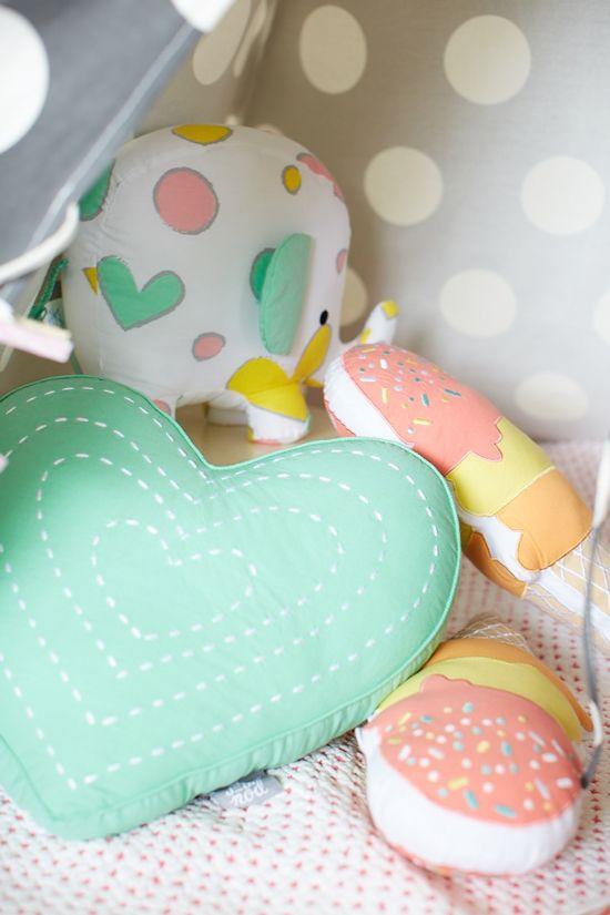 pretty pastel cushions...  ¿Quieres que te dotemos de superpoderes para decorar tu hogar con nuestra poderosa app? Visitanos,decora y conoce el precio al instante. www.youcandeco.com