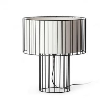Lampe LINDA - Faro L'originalité de la lampe Linda réside dans sa conception : un  abat jour en tissu protégé par une grille métallique qui devient ainsi  un élément décoratif. Le contraste entre la grille métallique et le diffuseur en tissu situé à l'intérieur offre à la lampe un charme particulier. Lorsque le luminaire est allumé, toute la chaleur de la lumière est projetée vers l'extérieur à travers sa structure métallique.