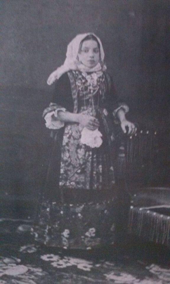 Giovane ragazza in costume di Quartu sant Elena