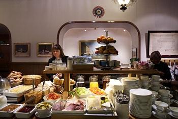 Café Ekberg - klassikko. Ok-aamiaispuhvetti myös arkisin jo puoli kahdeksasta.