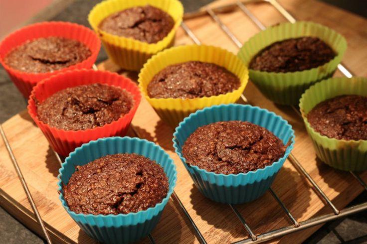 Chocolade + muffin + gezond = Lekker en voedzaam ! Ja! 😀 Vandaag deel ik het recept van deze lekkere Chocolade muffins van minder dan 95 kcal per stuk. Je kan er rustig twee nemen als tussendoortje. Of besmeer er eentje met pindapasta echt ontzettend lekker bij een kopje thee. Ben je gek op chocolade …