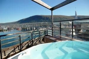 Clarion Hotel Bryggen enjoys a central location on Sjøgata pedestrian street in Tromsø, 250 metres from the Hurtigruten Cruise Ship Terminal. It offers free Wi-Fi and panoramic views of the mountains and the Tromsøysund.