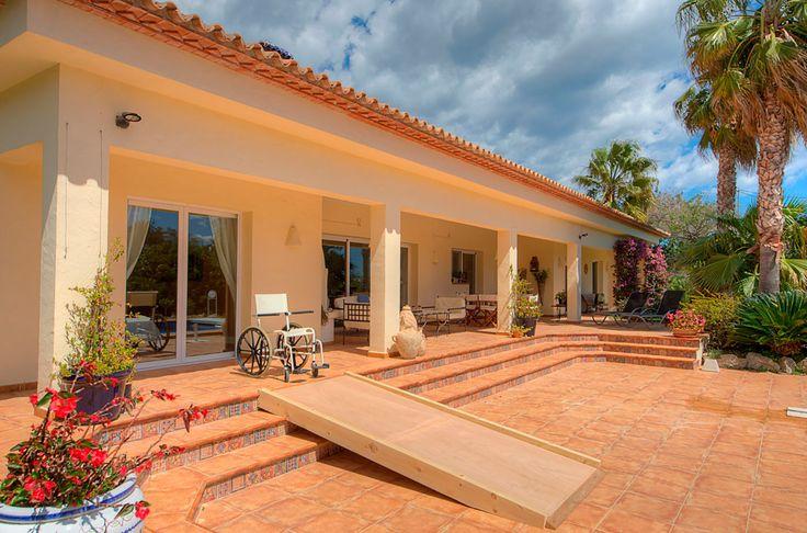 Villa Xenofilia IV in Javea in #Spanje is gedeeltelijk #aangepast met gebruikmaking van een grote #rampa die het zwembadterras toegankelijk maakt.