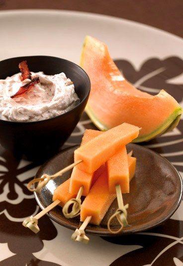 Spiedini di melone con dip al bacon e formaggio - Ricette estive a base di melone