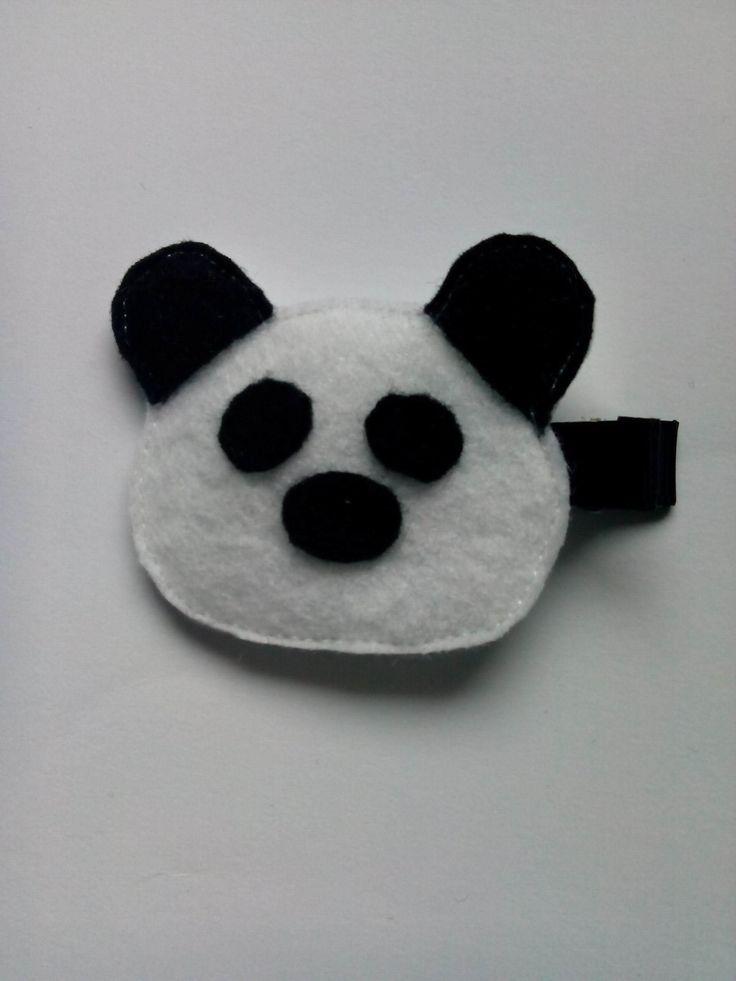 Spinka miś panda wykonana z filcu. Wym. 5×5,5cm, klips: aligator 4,5cm.