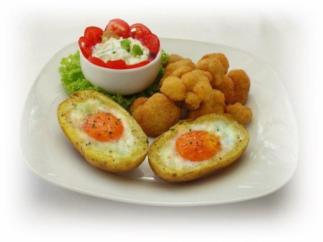 Das perfekte Panierter Blumenkohl dazu gebackene Kartoffeleier-Rezept mit einfacher Schritt-für-Schritt-Anleitung: Den Blumenkohl in Röschen teilen und…
