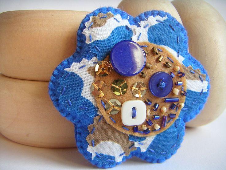 https://flic.kr/p/aTfVfH | Azul petróleo | Pregadeira em forma de flor, azul petróleo e beje, a lembrar o tom quente da madeira.