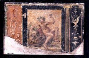 Frammento di pittura pareti in stucco, forse moderno: Dionysos reclinabile, con una tazza e di riposo la mano destra su una ciotola o un'anfora stringeva nelle zampe di una pantera;  a sinistra è un pannello arancione con un bianco drappeggiato cifra;  sulla destra sono due colonne ioniche con una sirena tra loro.