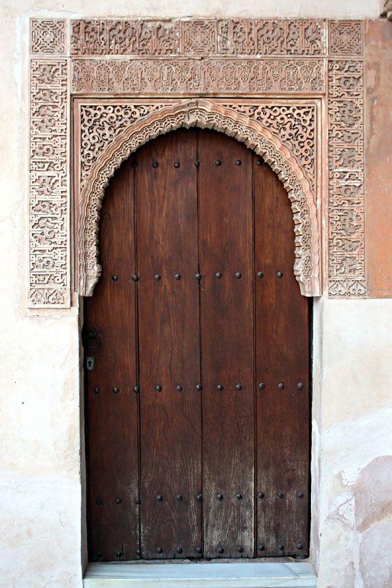Alhambra. Puerta de madera en uno de los patios. Granada