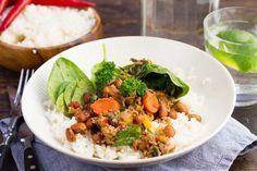 Recept voor kruidige bruine bonenschotel voor 4 personen. Met zout, olijfolie, peper, spinazie, wortel, bruine bonen, basmatirijst, tomatenblokjes in blik, ui, knoflook, rode peper, gele paprika en rundergehakt