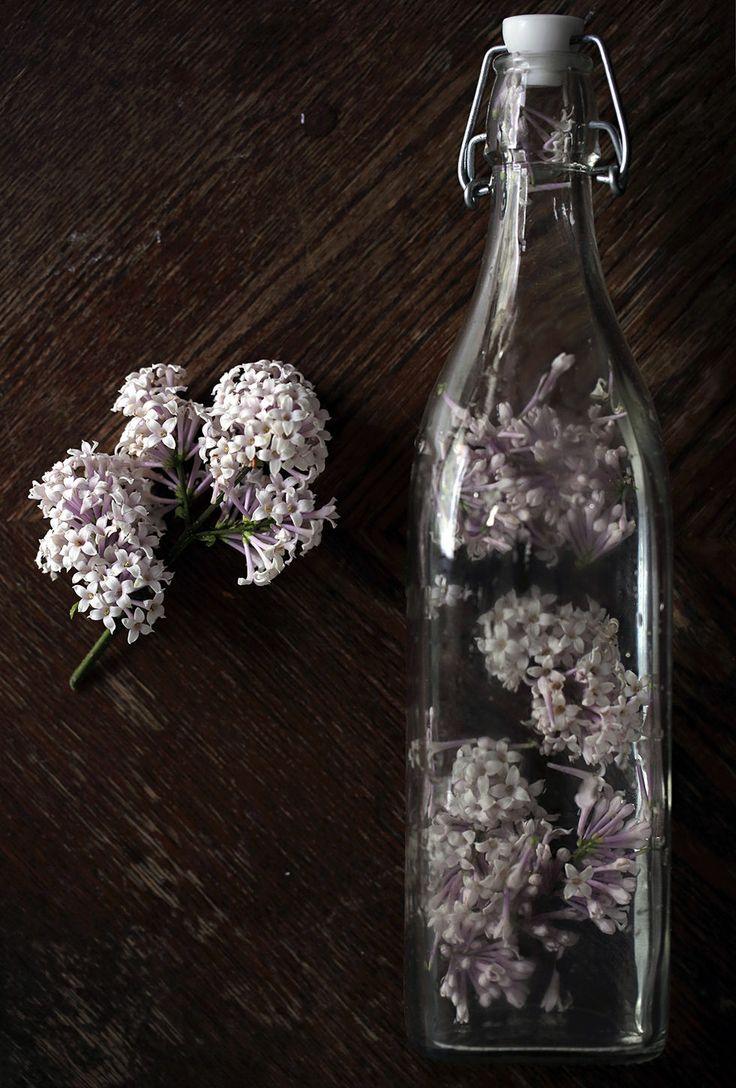 Syreenivettä Noin 1 dl kukkia Noin litra vettä  Huuhtele kukat hyvin ja nypi tarvittaessa terälehdet irralleen. Lisää kukat/terälehdet kannuun tai pulloon ja lisää päälle vettä. Anna veden maustua tunteroisen. Siivilöi kukat pois ja nauti juoma sellaisenaan tai jääpalojen kanssa.  Voit myös käyttää esim. ruusu, puna-apila, orvokki, kehäkukka, köynnös- ja pensaskrassi, ruiskaunokki, kääpiösamettkukka, laventeli ja basilika.