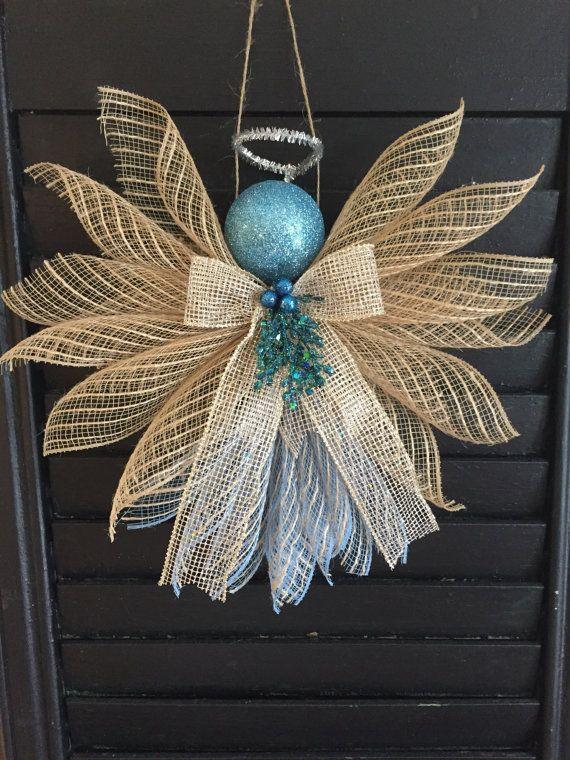 Grandes anges consistant de rubans et de maille déco. Assez grand pour accrocher sur un mur ou une porte. Idéal pour une forme de cadeau.  Environ 11 pouces de hauteur et 13 pouces de large.