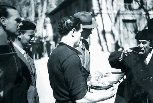 TODOS A COMER. Repartición de comida, de forma equitativa, en Reynarde, uno de los refugios a los que atendía el consulado mexicano.