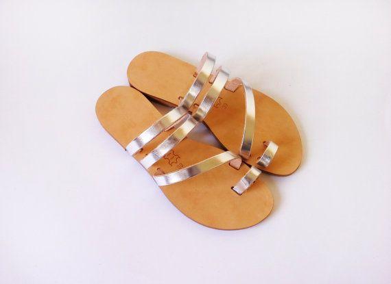 Zwei Modelle der Riemen in Silber Farbe Leder. Aus echtem italienischen Leder hergestellt.  Die Sandalen werden kundenspezifisch konfektioniert und es dauert bis zu 15 Arbeitstage vorbereitet werden.  Ferse Höhe: 1,5 cm  Größen-Umrechnung: -----------------------  USA/AU: 4 / / UK: 2 / / EU: 35 [Sohlenlänge 23,3 Zentimetern]  USA/AU: 5 / / UK: 3 / / EU: 36 [Sohlenlänge 24 Zentimeter]  USA/AU: 6 / / UK: 4 / / EU: 37 [S...