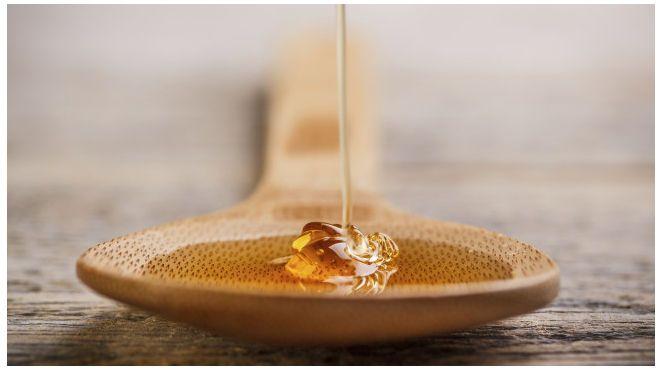 Hausmittel können gegen trockene Lippen helfen. So können Sie auf Lippenpflegeprodukte aus der Drogerie verzichten und die Heilung ganz der Natur überlassen. Honig, Quark und Co. machen spröde Lippen weich und geschmeidig.