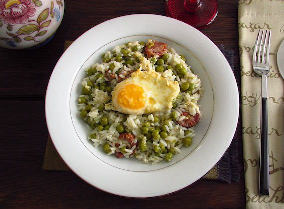 Rice and peas with poached eggs | Food From Portugal. Want to prepare a delicious and nutritious meal? You must cook this recipe of rice and peas with poached eggs, it's easy to prepare and the whole family will enjoy!  http://www.foodfromportugal.com/recipe/rice-peas-poached-eggs/
