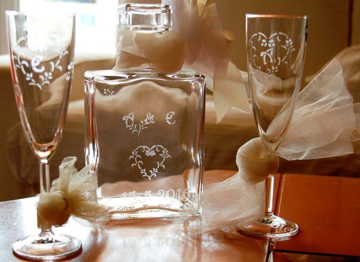 χαρακτική σε γυαλί -δωρο για μελλονυφους φιλους μου με τα αρχικα τους και ημερομηνια γαμου Glass etching for wedding present for my friends with their initials and wedding date