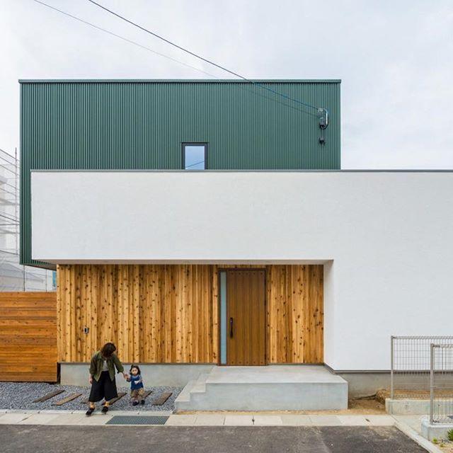 グリーンが目を惹くかわいい箱の家 ガルバリウムと塗壁と板貼りの