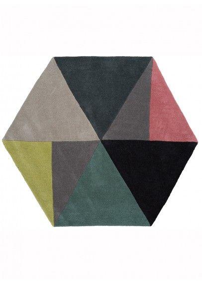 Un tapis de forme originale pour réveiller une chambre ou un petit espace avec de jolis fauteuils
