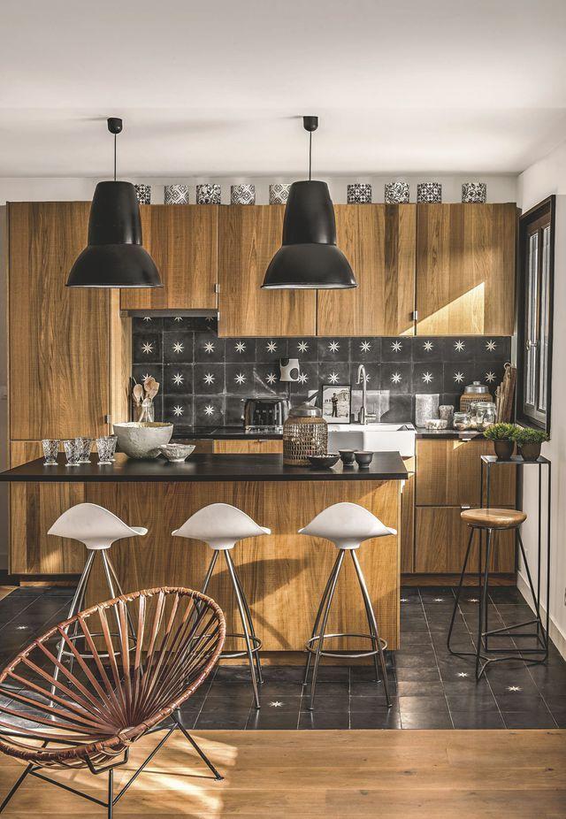 Assortie à un parquet en chêne clair, la cuisine et son îlot réchauffent l'atmosphère dans une ambiance chaleureuse !