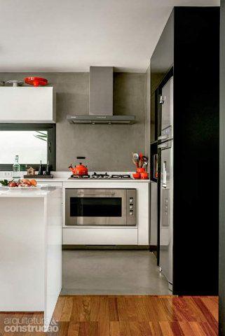 Para delimitar a cozinha e conferir unidade ao conjunto, o piso e as paredes receberam Tecnocimento, da NS Brazil. Projeto das arquitetas Maria Cristina Martini e Suzana Barboza.