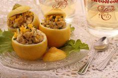 I limoni ripieni di crema al tonno sono degli sfiziosi antipasti dalla presentazione davvero originale: la crema di tonno , viene infatti servita dentro ad un limone svuotato della polpa.