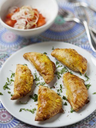 Empanadas : 4 oignons émincés dans 3cs d'huile d'olive. Quand ils sont transparents, ajouter 500g de viande hachée. Quand la viande est cuite, ajouter 1cc de paprika, de cumin, d'origan, 150ml de concentré de tomates, sel, poivre. 2-3 min sur feu doux, puis dans un saladier avec 70g de raisins secs blonds et 20 cl de bouillon-cube de viande, mettre au frigo 30 min. Remplir des disques de pâte feuilletée ou brisée de farce, refermer les bords, napper de jaune d'œuf puis faire cuire à 250°.
