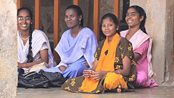 Sorrisi di donne al Brihadeeshwara Temple a Thanjvur, Tamil Nadu. Foto di Samuele Fracasso