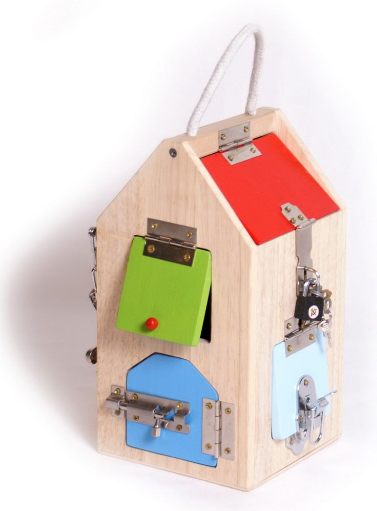 Schlosshaus. Tolle Möglichkeit zur Förderung motorischer Fähigkeiten. Dieses formschöne Holzhaus mit diversen Klappen und Luken, die jeweils mit einem speziellen Schloss oder Riegel verschlossen werden können, hat es an sich! So bekommen kleine Panzerknacker ein Gefühl für verschiedenste Verschlüsse: Von Hebeln über Sicherheitskette bis zu Bügel- und Zylinderschlössern. Sind alle Zugänge verschlossen, können Dinge im Inneren des Holzhauses eingeschlossen und aufbewahrt werden.