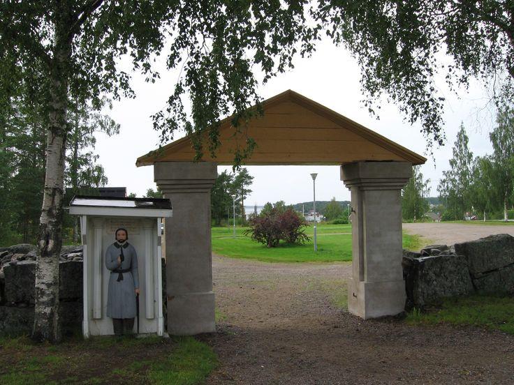 Vöyrin Oravaisten kirkon vaivaisukko, jonka paikka on portin kirkkotarhan puolella. Tämäkin muistuttaa pohjoisempia (Pedersöre, Kaarlela, Kruunupyy, Ähtävä) ukkoja.