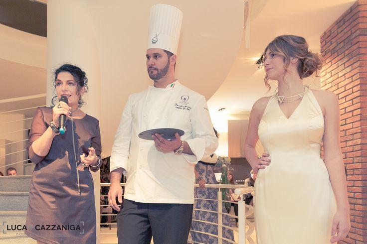 Davide Comaschi con la designer Rosa Maria Venetucci ed il gioiello indossato nella versione da sera