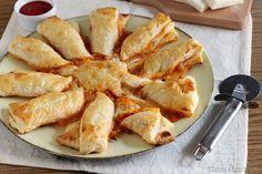 Una ricetta facile e veloce per preparare il Sole di pizza con la pasta sfoglia. Pochi ingredienti e in poco tempo potrete gustarvelo raggio dopo raggio.