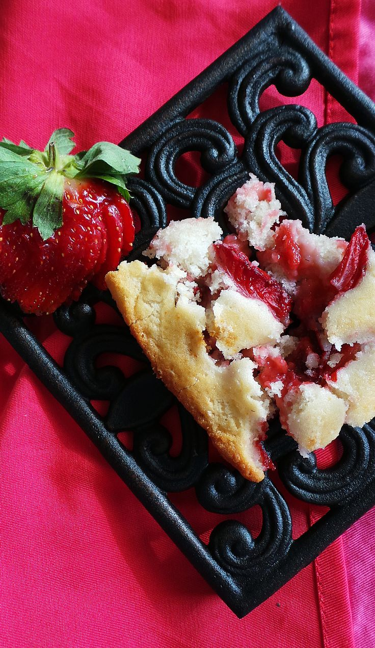 this strawberry cobbler cake is so easy to make and oh so scrumptious
