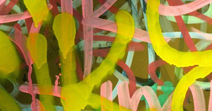 Arte de graffiti em camisetas. De grupos universitários a escoteiros, fazer camisetas juntos pode ser uma ótima experiência. Use a criatividade e opções infinitas para criar um visual de graffiti em sua camiseta. Compre uma camiseta branca para cada pessoa no grupo ou simplesmente faça uma para você mesmo. Com apenas alguns materiais de pintura que você encontra em lojas de ...
