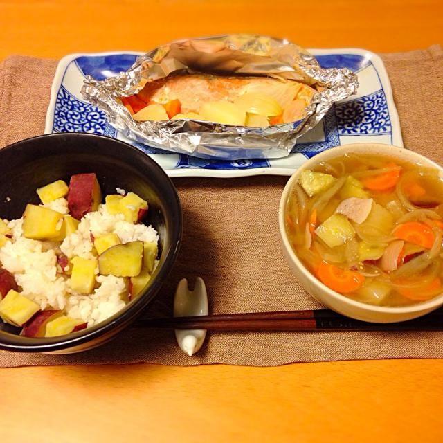 さつまいもごはん、鮭のホイル焼き、具沢山過ぎた豚汁。いただきます。 - 14件のもぐもぐ - 今日の晩御飯 by yujimrmt