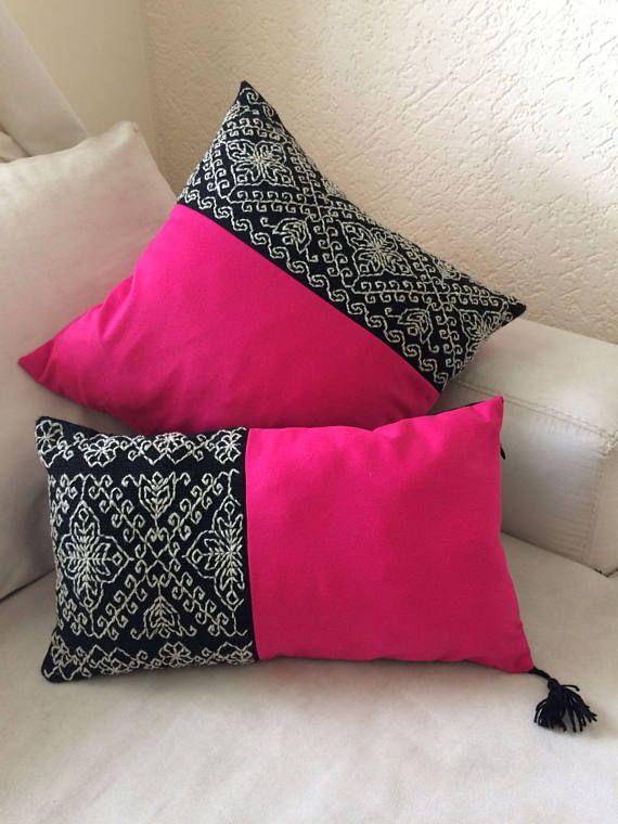 Funda de cojín de algodón con acrílico bordado con hilo de lana natural. Hecho y bordado a mano por mujeres artesanas de Puebla, México. Son modelos diseñados con las artesanas y en su producción intervienen las manos de al menos dos mujeres de la comunidad.