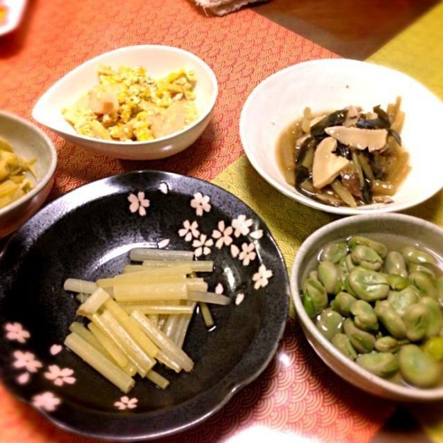 春の山菜と、旬のソラマメが店頭に並んでいたので、ついつい買ってしまいました  山菜は、手がかかる割には、家族には喜ばれないんだけど、何だか好きでつくっちゃうのよね  筍の卵とじ ソラマメの煮物 ふきの炊いたん つきと椎茸とこぶの炊合せ イタドリの煮物 フキの煮浸し - 3件のもぐもぐ - 山菜尽し by smilemiki