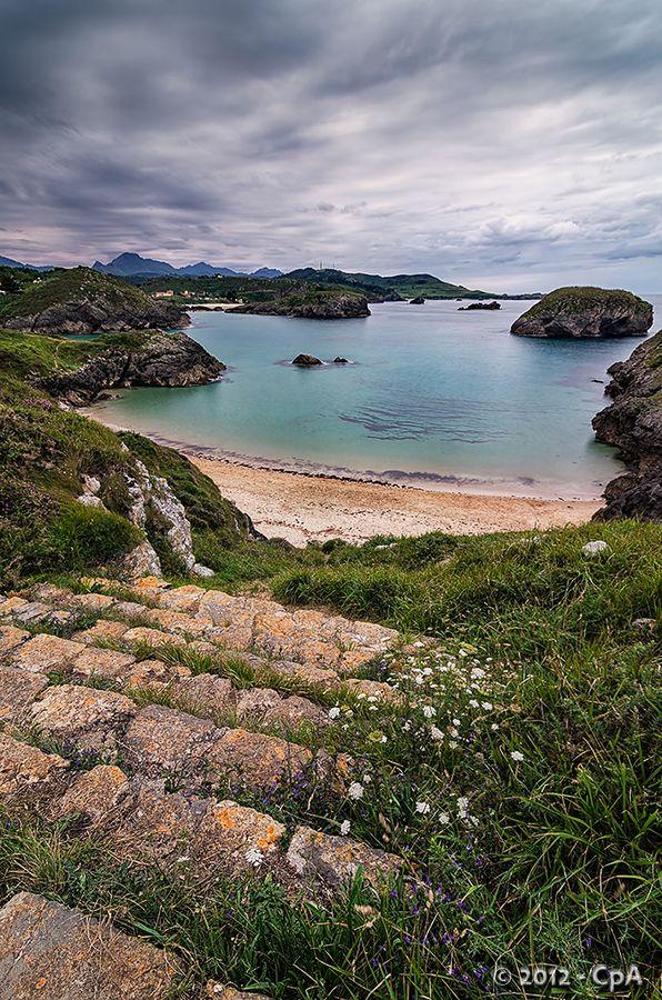 Playa Tayada, con el islote de Llubeces en frente. Preciosa playa de la localidad Asturiana de Barru. #Reservaplayas