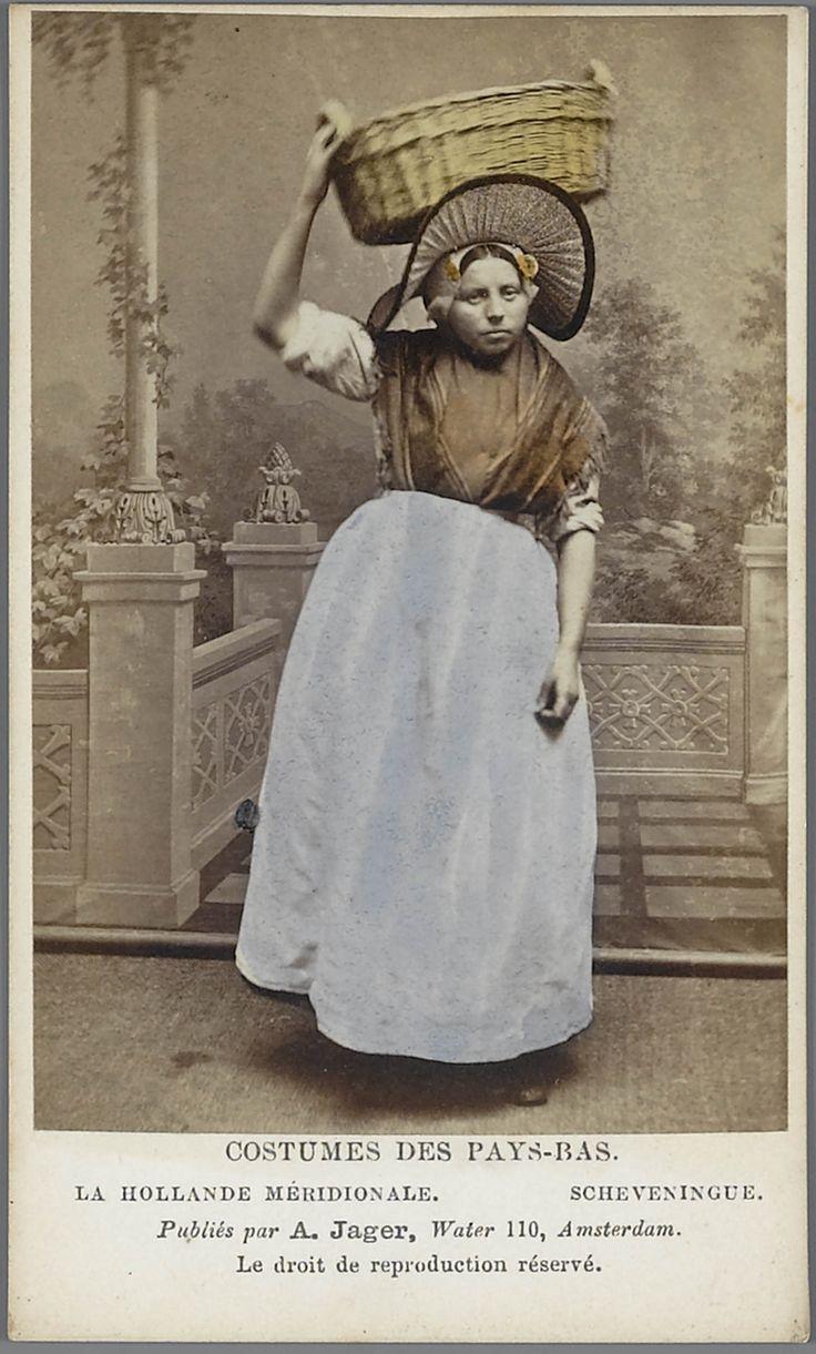 Visventster in Scheveningse streekdracht. Costumes des Pays-Bas. - La Hollande Méridionale. - Scheveningue 1875-1885 fotograaf: Jager, A. #ZuidHolland #Scheveningen