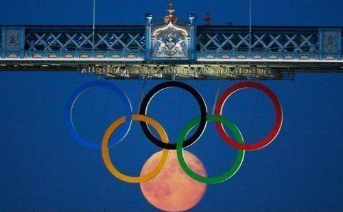 <p>Die olympischen Ringe stehen für die fünf durch den Sport vereinten Kontinente. Als die Ringe 2012 an der berühmten Towerbridge in London hingen, entdeckte ein Fotograf glatt ein weiteres Festland – aber nicht von dieser Welt. (Bild: memebase.cheezburger.com)</p>