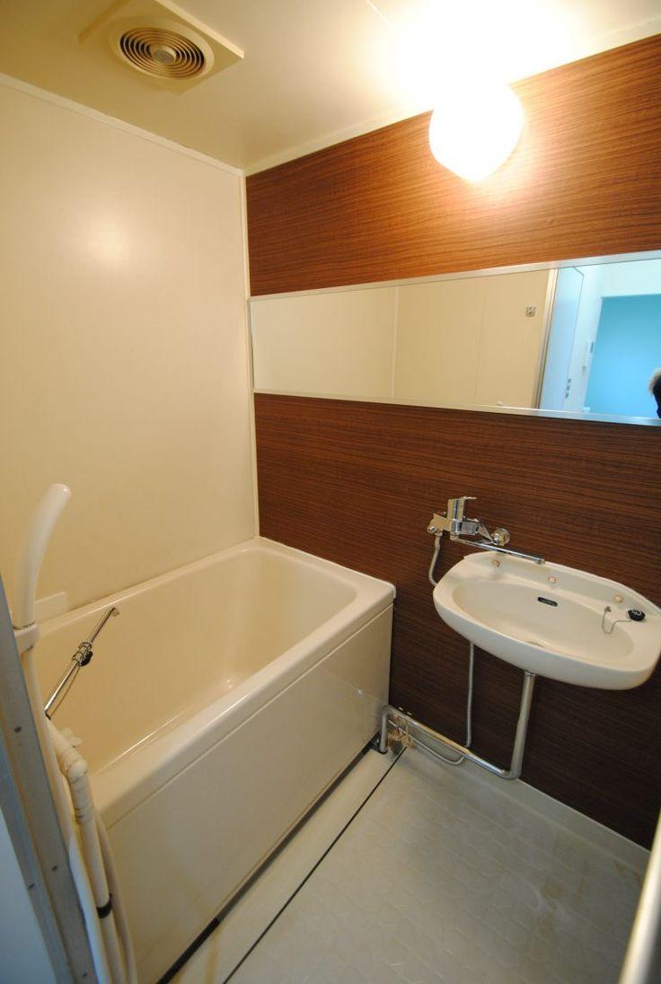 浴室はダイノックシートと横長ワイドミラーで安く劇的リフォームを ミニマムベース In 2021 Corner Bathtub Bathroom Bathtub