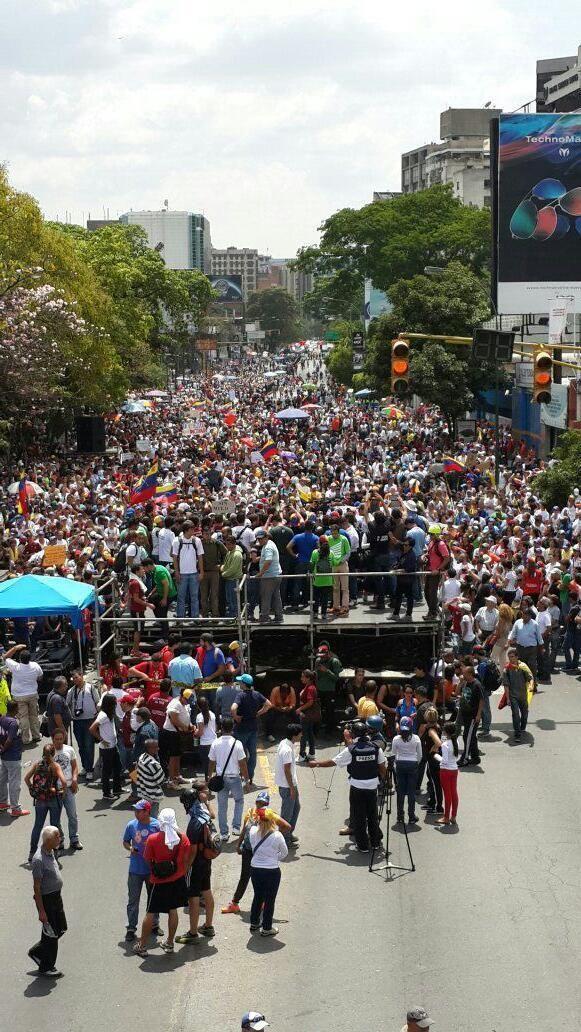 1:49pm Así se encuentra la tarima ubicada en la Avenida Libertador de Caracas #26A pic.twitter.com/cvHIGLAcMZ #VzlaConLosEstudiantesTODOSALUCHAR