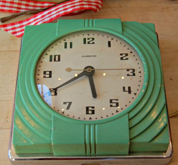 Vintage ~ Hammond Prudence Synchronous ~ Kitchen wall clock.  Model 320, with Jadeite bakelite plastic and chrome metal wall frame. Very stylish Art Deco decor