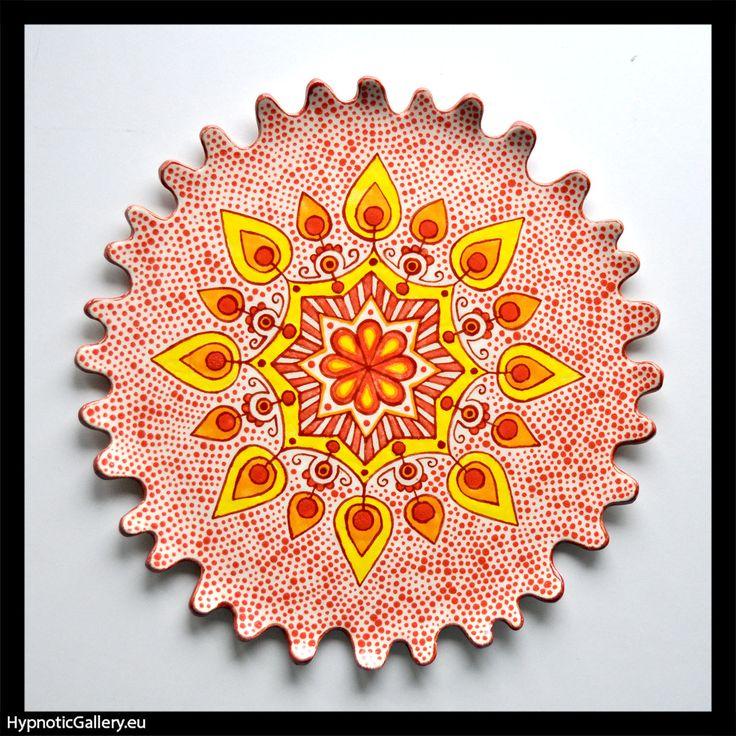 Ceramic platter with red mandala. Ceramiczna patera z czerwoną mandalą.