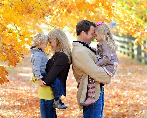 Fall family picture ideas cute fall family picture idea for Family of 4 picture ideas