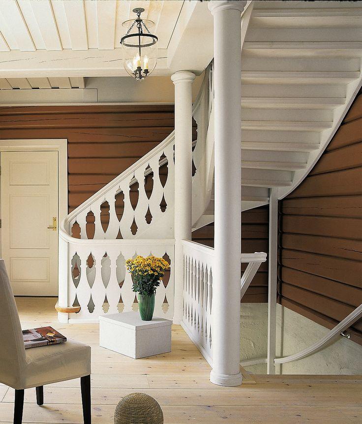 Escalia Røros er en forseggjort trappe- løsning, her tilpasset to av husets kraftige søyler. Legg merke til hvordan det er åpningene i gelenderet som skaper dekoren. Escalia Røros er et godt eksempel på eleganse og klassisk håndverk gjennom de buede håndlis- tene og svingene. Har du et eldre hus som trenger en trapp, så spør oss.