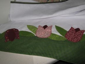 Pano de prato medindo 0,50x0,70 cm, confeccionado com sacaria em algodão Estilotex, com barrado e patch colagem com tecido em algodão bordado a mão. Os tecidos poderão ser alterados conforme disponibilidade.