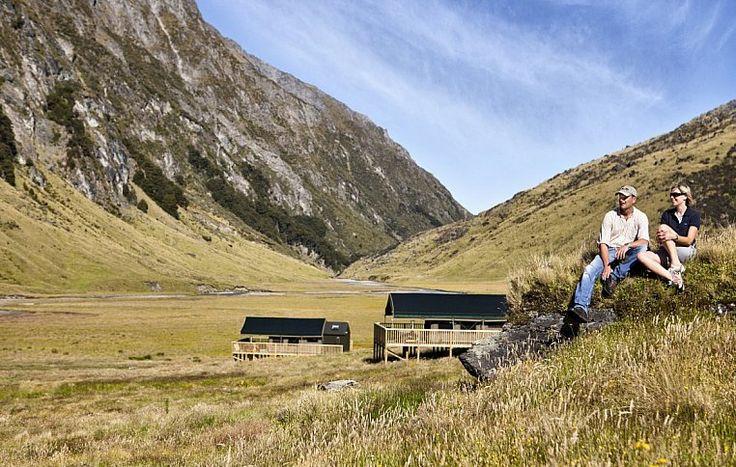 Владелец гостиницы, местный авиаэнтузиаст Тим Уоллис, известен как пионер разведения оленей и использования вертолетов в сельском хозяйстве. За достижения в этом направлении Тим был посвящен в рыцари в 1994 году. | Minaret Station - Семейный подряд по-новозеландски | Ahipara Luxury Travel New Zealand #новаязеландия #южныйостров #отдых #ферма #тур