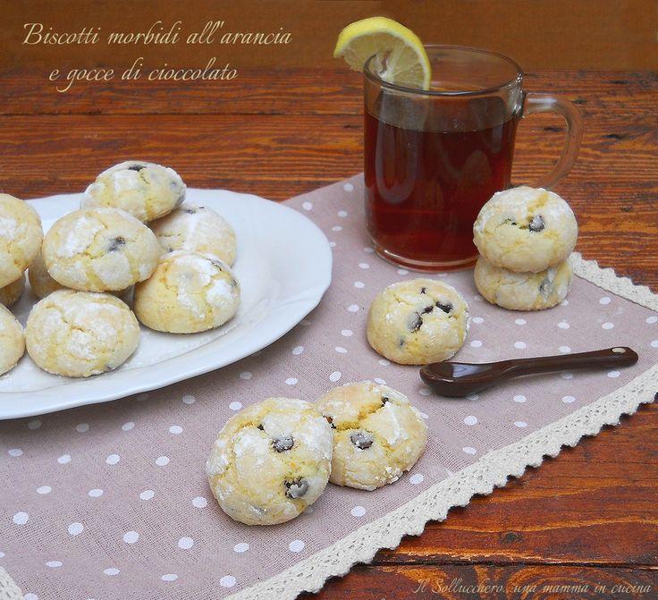 I biscotti morbidi all'arancia e cioccolato sono una variante dei classici biscotti al limone, sono così morbidi che si sciolgono in bocca