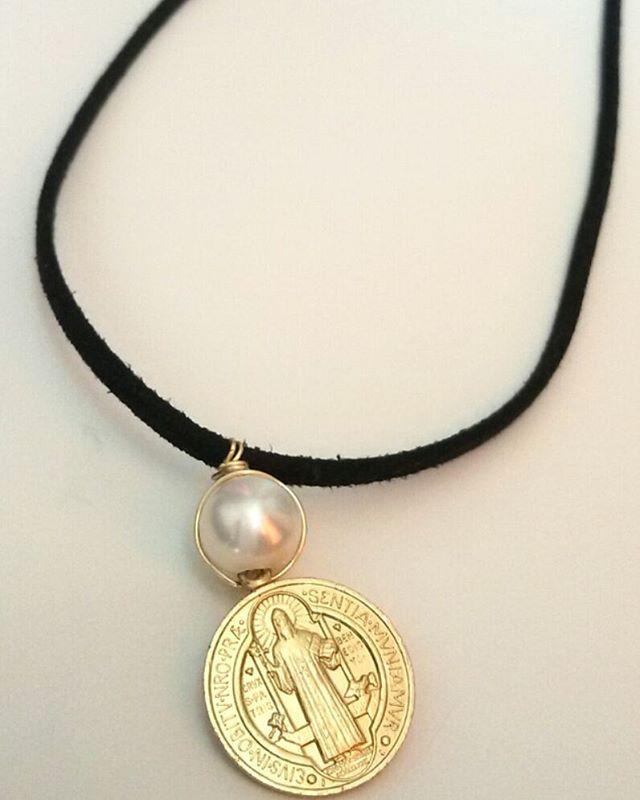 collar cuero plano negro dije  dorado San Benito  de B.Nices / Mercado Culturoso / collección Abril.